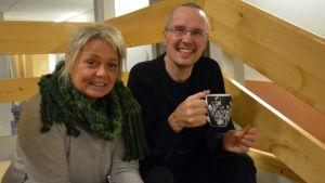 Ilse Klockars och Dan Idman sitter i en trappa.