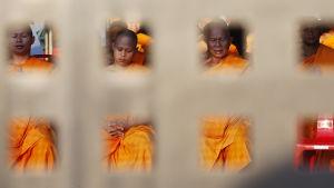 Munkarna bad böner för sin ledare då polisen trängde in vid gryningen