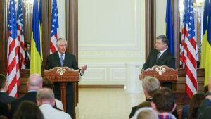 USA:s utrikesminister Rex Tillerson och Ukrainas president Petro Porosjenko