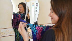 Antonia Holmberg tittar på en klänning.