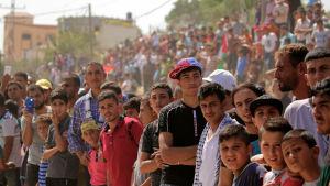 Tusentals palestinier samlades vid gator och torg för att välkomna premiärminister Rami Hamdallah och hans regering
