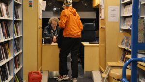 Bibliotekskunden Erja Louhio i Lovisa bokbuss med Erja Louhio
