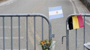 En argentinsk och en belgisk flagga vid avspärrningen till gärningsplatsen.