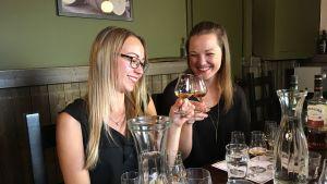Kaksi naista maistelee viskejä.