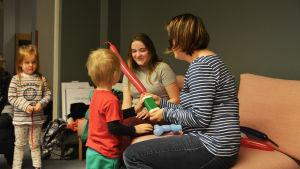 Små barnen gillar att blåsa upp ballonger