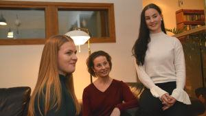 Cecilia Kronberg tillsammans med sin kompis Hanna Nordman och sin mamma Heli Kronberg