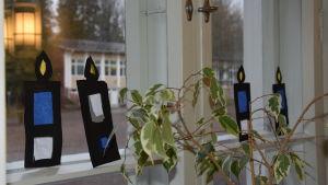 fönster med ljusprydnad
