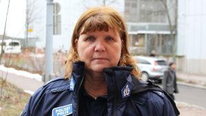 överkonstapel heidi warelius framför polishuset i böle