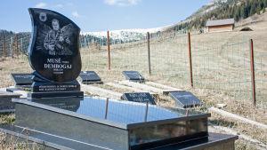 En krigsveterans grav i byn Bogë i Kosovo.