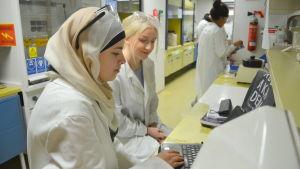 Gymnasieelever från Sverige provar labbet vid Åbo Akademi.