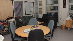Ett rum i Raseborgs mentalvårdscenter där klienterna kan sitta och arbeta och pyssla.