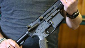 En AR-15. Samma typ av halvautomatiskt gevär som gärningsmannen använde i skolskjutningen i Parkland.