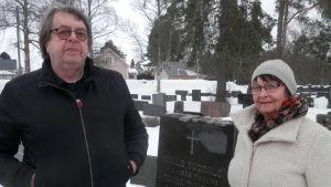 Hasse Tiihonen och Carita Skog vid farfar, Pekka Tiihonens grav
