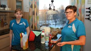 Städarna Britta Holtlund och Carina Björklund.