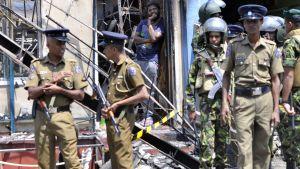 Polis patrullerar i Pallekele, en förort till Kandy i Sri Lanka 6.3.2018.