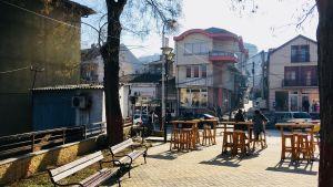 Ett utomhuscafé i Veles i Makedonien i morgonsolens sken.
