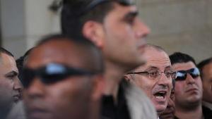 Premiärminister Rami Hamdallah talade med journalister kort efter mordförsöket, omgärdad av sina livvakter
