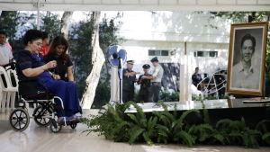 Förra presidentfrun Imelda Marcos besöker sin mans grav