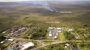 Invånare i området hotas av vulkanaska, lavaströmmar, ånga ur sprickor samt metangasexplosioner