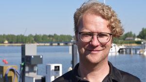 En man som heter Niklas Björkqvist.