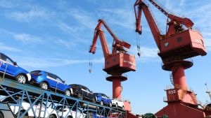 Två stora lyftkranar i kinesisk hamn vid billångtradare