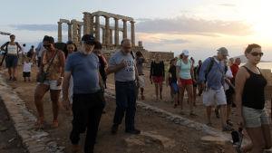 Turister vid Poseidontemplet 70 kilometer söder om Aten