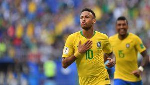 Brasiliens fotbollsstjärna nummer ett, Neymar, firar mål mot Mexico.