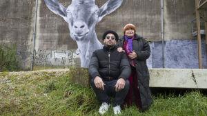 Agnès Varda ja JR poseeraavat.
