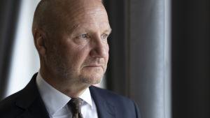 Kansliapäällikkö Jari Gustafsson työhuoneessaan.
