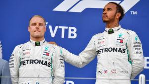Valtteri Bottas och Lewis Hamilton står på prispallen