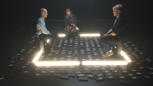 Helmi Kajaste, Jussi Heinonkoski ja Jussi Tarvainen keskustelevat valoneliössä.