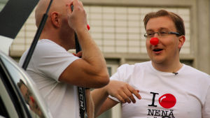 Antti Koivukangas och Antti Haavisto i röda clownnäsor på näsdagen 2010.