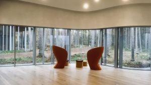Två specialtillverkade stolar för bästa möjliga akustik står vid helväggsfönster på Arvo Pärt-centret i Estland.