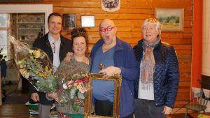 Glad i Ingå-ambassadörer. Kommundirektör Robert Nyman uppvaktade Maria och Pekka von Cräutlein tillsammans med Ingå Företagare rf:s ordförande Ulla Gunnarsson.