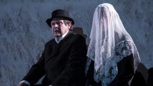 Heikki Kinnunen och Riikka Puumalainen i Pakolaiset på Tammerfors teater.
