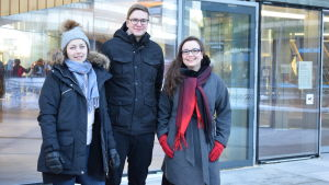Jennifer Sandström, Pontus Edvinsson och Ainur Elmgren står utanför Ode i Helsingfors.