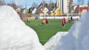 Snöigt värre kring Västraplan i Jakobstad i början av april när Jaro tränar.