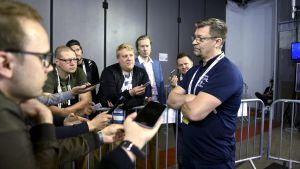 Jukka Jalonen möter pressen.