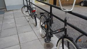 två svarta cyklar utan sadel