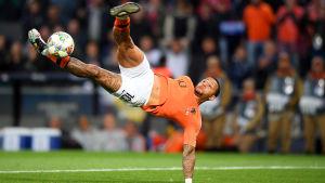 Memphis Depay visar prov på akrobatik.