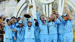 Englands herrlandslag i cricket lyfter VM-pokalen.