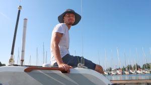 Eddie Myrskog sitter på roddbåten och ler mot kameran.