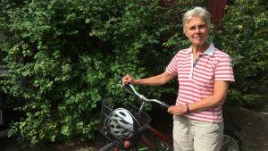 Mikaela Ahlman med sin cykel.