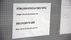 Skylt i ett sjukhus som visar var förlossningsavdelningen är.
