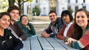 Unga klimataktivister sitter kring ett bord.