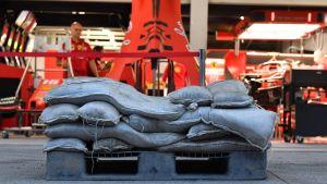Sandsäckar står utanför Ferraris garage