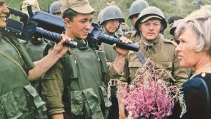 Elisabeth Rehn träffar soldater.