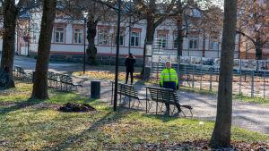 Bänkar i park.