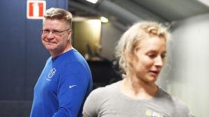 Anni Vuohijoki med sin tränare Mika Tiainen.