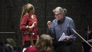 Emilia Hoving får instruktioner av Atso Almila då hon övar inför orkester.